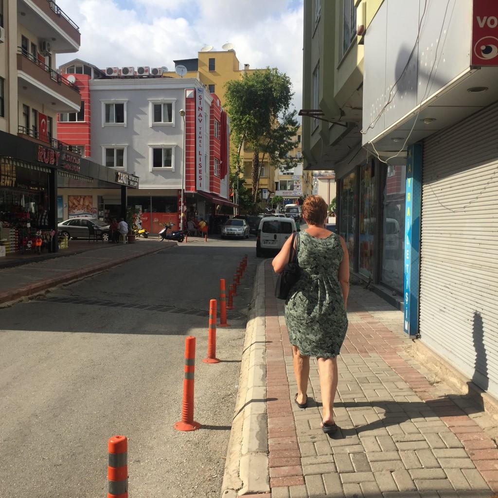 Min mor med det lange ben foran på vej mod garnbutikken