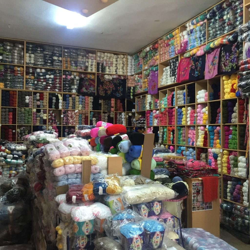 Den omtalte garnbutik - med garn fra gulv til loft. Bogstavlige talt! :)