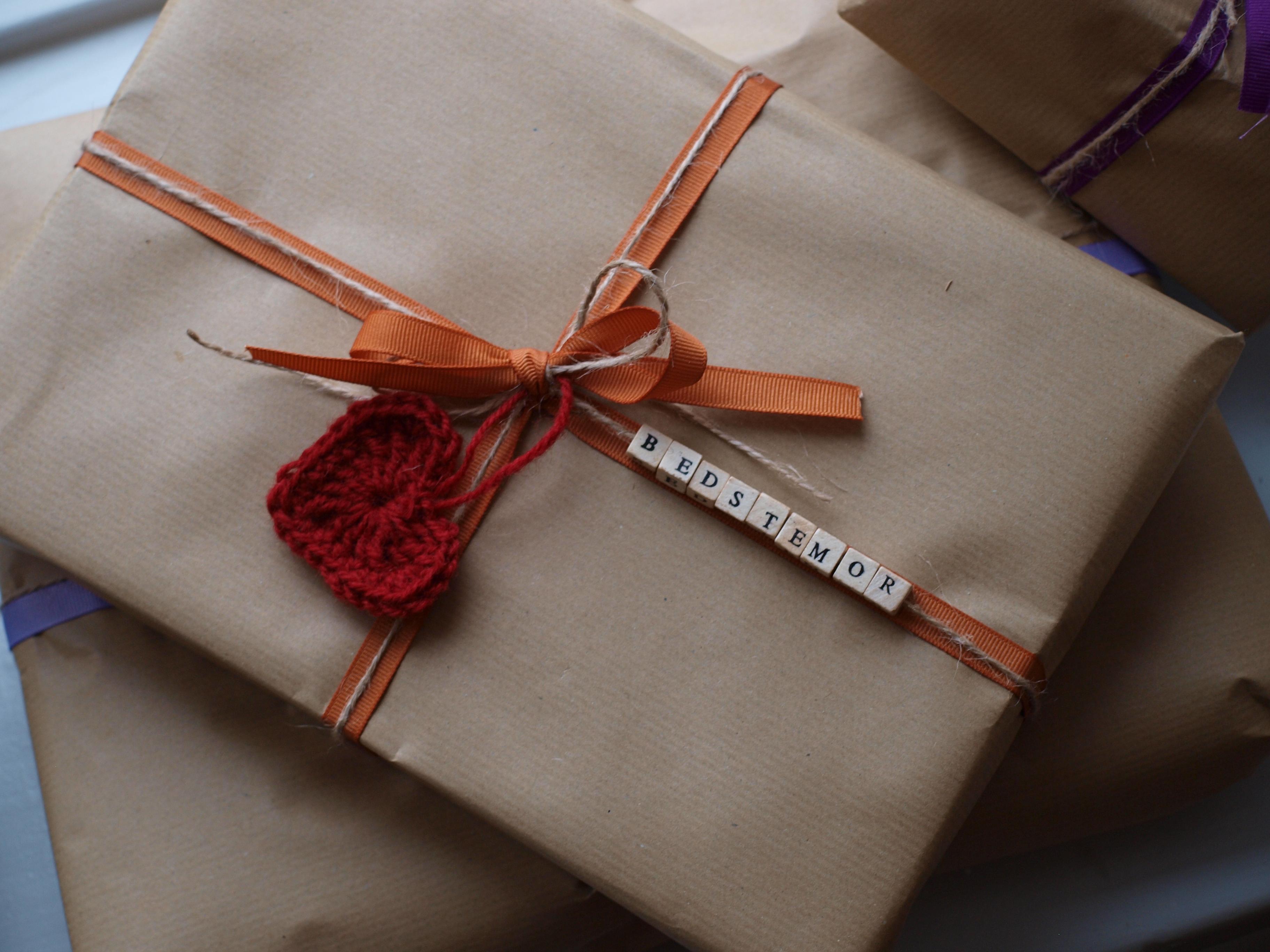 Hæklet hjerte der kan bruges til julepynt og til at gøre julegaverne ekstra fine