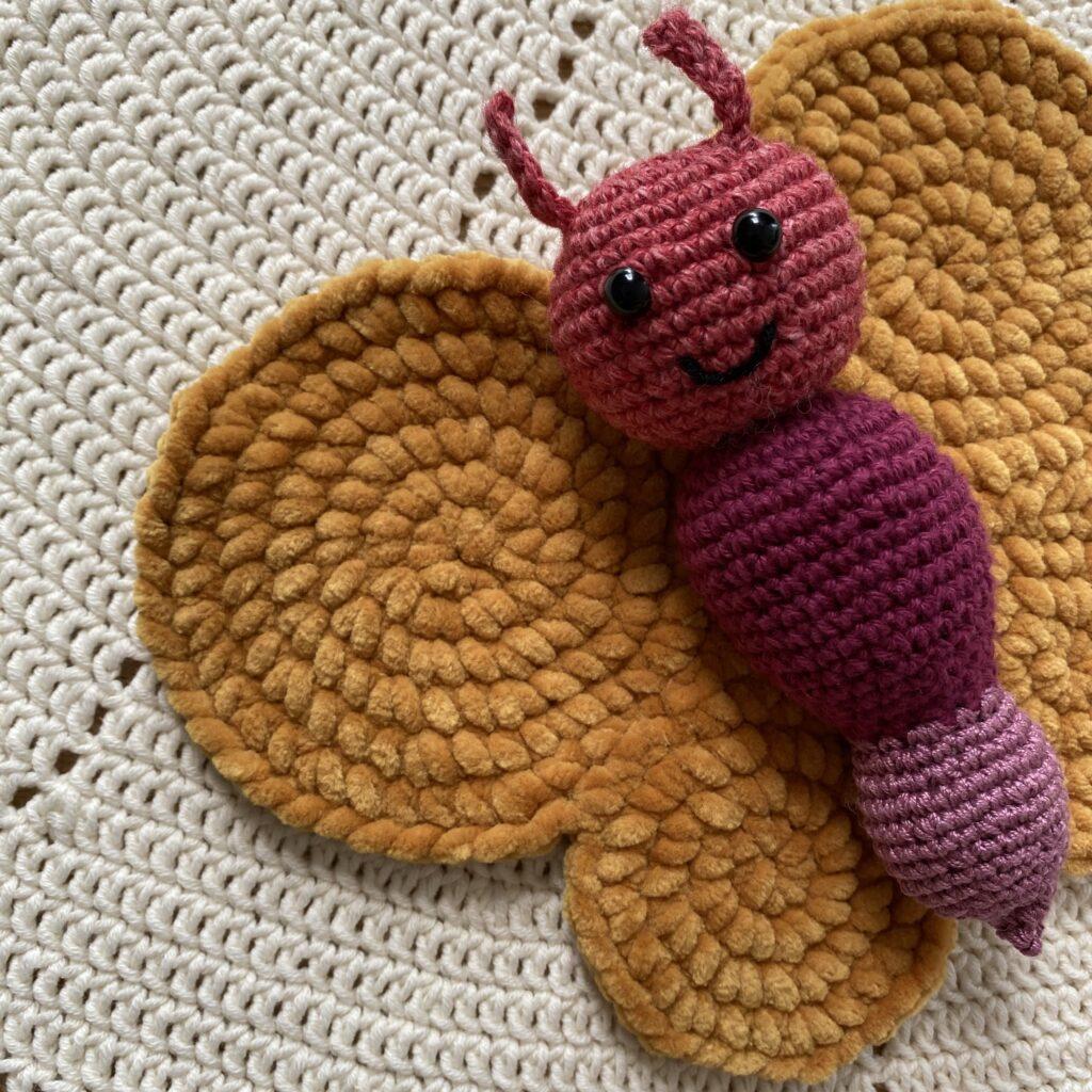 Hæklet sommerfugl  Karrygul velourgarn