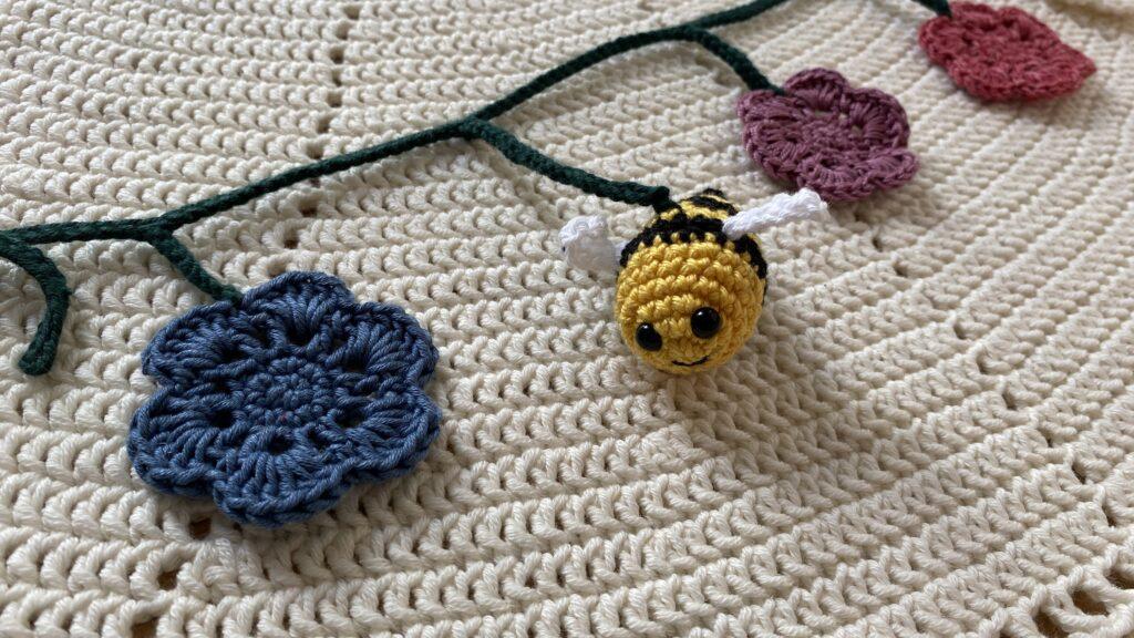 Hæklet bi barnvognskæde blomst